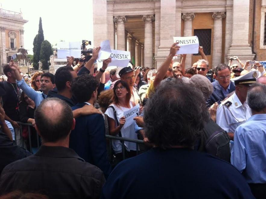 Mafia Capitale, tensioni e proteste M5s in Campidoglio. In piazza anche CasaPound