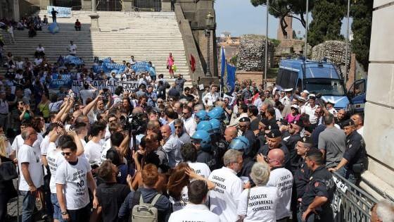 """Mafia Capitale, proteste e insulti in Campidoglio. M5s e CasaPound: """"Dimettetevi tutti"""""""