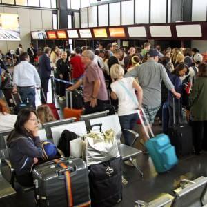 Fiumicino, operatività ridotta: ancora disagi, voli cancellati e passeggeri in fila