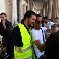Roma, Sap in piazza contro reato tortura: c'è anche Salvini. Selfie e autografi coi poliziotti