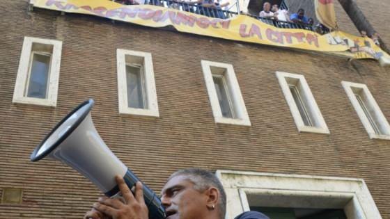 Casa i movimenti occupano l 39 ex sede inps no all 39 hotel for Case modulari con suite di legge