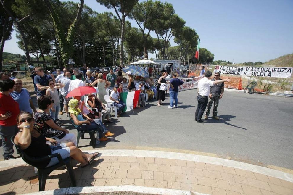 Roma, i residenti contro l'arrivo dei migranti al Casale San Nicola. La protesta in strada