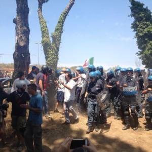 Roma, scontri tra residenti, CasaPound e agenti alla rivolta anti-profughi: due arresti
