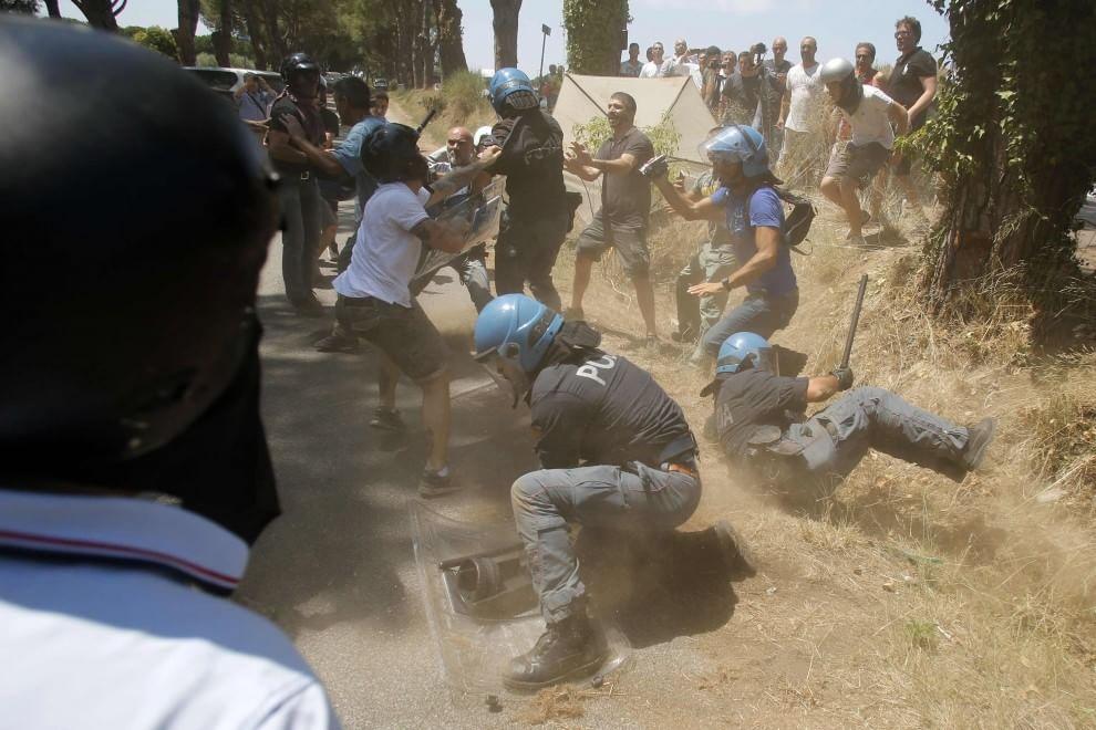 Roma, scontri tra CasaPound e agenti al presidio anti-immigrati