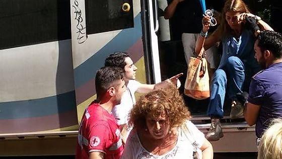 Roma - Lido, nuovo guasto: aggredito macchinista, malori tra i passeggeri scesi sui binari