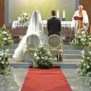 La sposa arriva in ritardo in chiesa. Il prete ha un impegno e va via