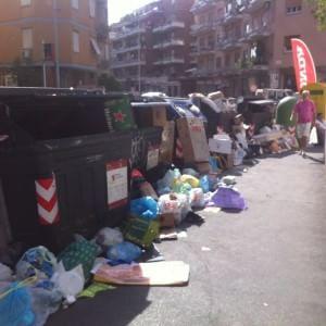 Degrado Capitale, l'Ama rimette in campo gli spazzini di giorno e promette 10 mila nuovi cestini