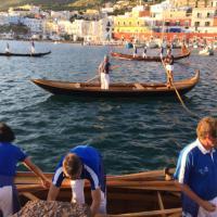 Nel mare di Ponza sbarcano le gondole di Venezia