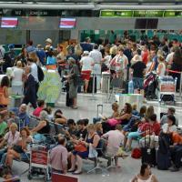 Fiumicino, centinaia di passeggeri in attesa dopo l'incendio nella pineta