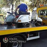 Vacanze romane abusive, multati i proprietari di due Vespe
