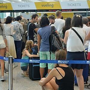 Fiumicino, ancora disagi per passeggeri Vueling. E intervengono polizia e carabinieri