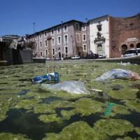 Piazza Esedra, la vasca è una discarica: