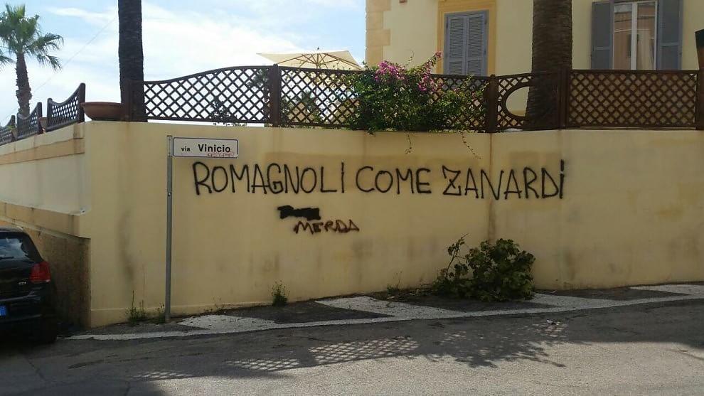 Romagnoli scritte offensive sui muri della casa dei - Scritte muri casa ...