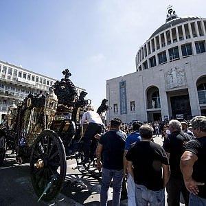 """Roma, funerale trionfale per Casamonica. Il parroco: """"Non sapevo, ma non avrei potuto proibirlo"""""""