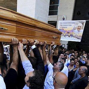 """Funerali Casamonica, denunciato l'elicotterista. """"Sospesa la licenza"""""""