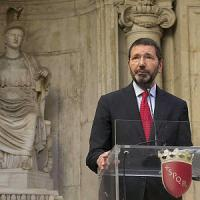 """""""Lui ai Caraibi e Roma pare Corleone"""": sui social la protesta per le vacanze del sindaco"""