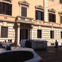 Piazza del Popolo a Roma: un furgone si ribalta in curva e uccide una donna