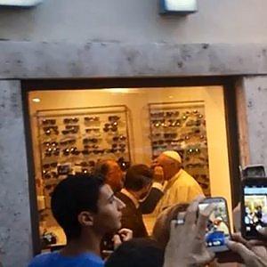 Piazza del Popolo, il Papa nel negozio a cambiare gli occhiali