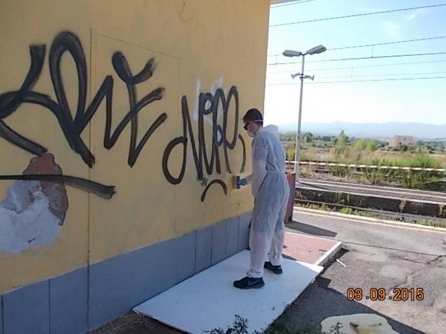 Bagni di Tivoli, writers a lavoro per cancellare i loro graffiti ...