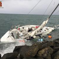 Fiumicino, rischia lo schianto in barca a vela: salvo
