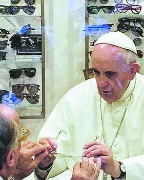E il negozio di ottica del Papa diventa meta di pellegrinaggio