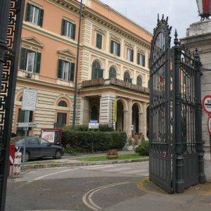 Umberto I, si sveglia da anestesia e deruba altri pazienti: denunciato