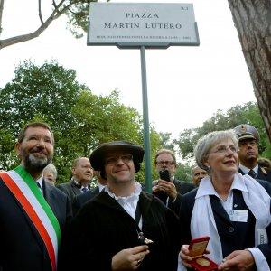 """Roma, una piazza a Lutero vicino al Colosseo. E' polemica. Marino: """"Rispetto per ogni fede"""""""