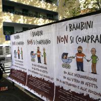 Roma tappezzata di manifesti contro famiglie omosessuali. Il Campidoglio: 'Li rimuoveremo'