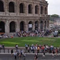Colosseo, ancora un atto vandalico: turista incide lettere sul monumento