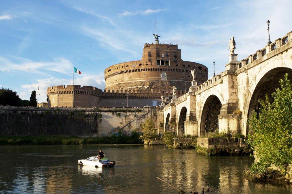 Roma, trasforma l'auto in barca e naviga sul Tevere