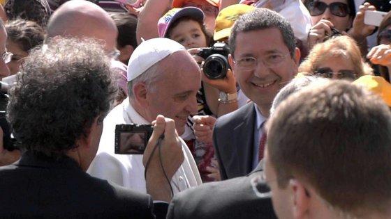 """Caso Marino, in onda la telefonata del finto Renzi a monsignor Paglia: """"Il Papa era furibondo"""""""