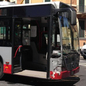 Roma, aggrediscono un ragazzo disabile su un bus, arrestati due trentenni
