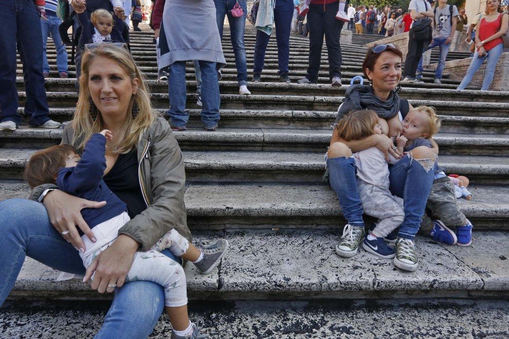 poppata collettiva in piazza di Spagna