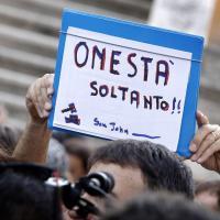 Roma, bufera su Marino: l'attesa davanti al Campidoglio