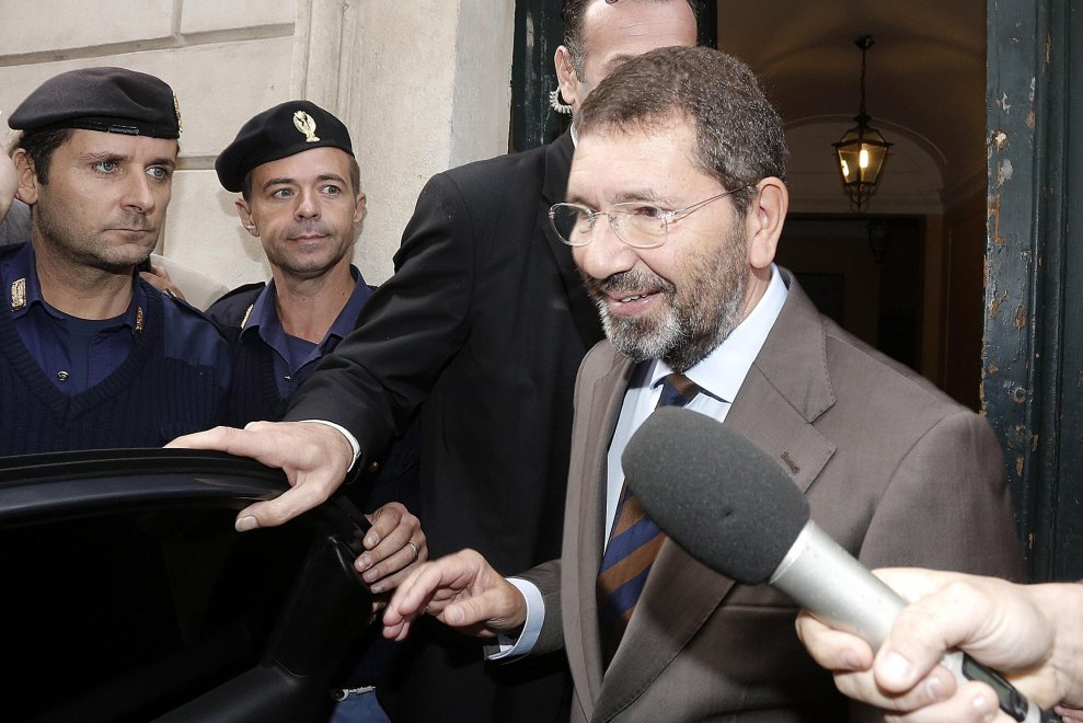 Roma, il giorno dopo le dimissioni: Marino esce di casa per andare in Campidoglio