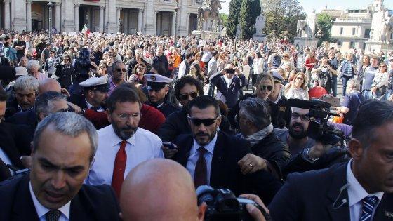 """""""Marino resisti"""", sit-in per lui. Renzi: """"Si era rotto rapporto con la città"""""""