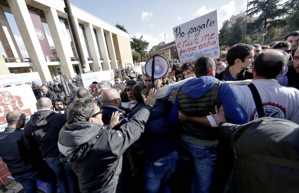 Maker Faire, gli studenti contestano la Sapienza. Carica, 4 arresti e un denunciato davanti all'ateneo