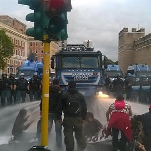 Roma, movimenti bloccano traffico a Porta Pia: tafferugli e idranti per disperdere gli attivisti