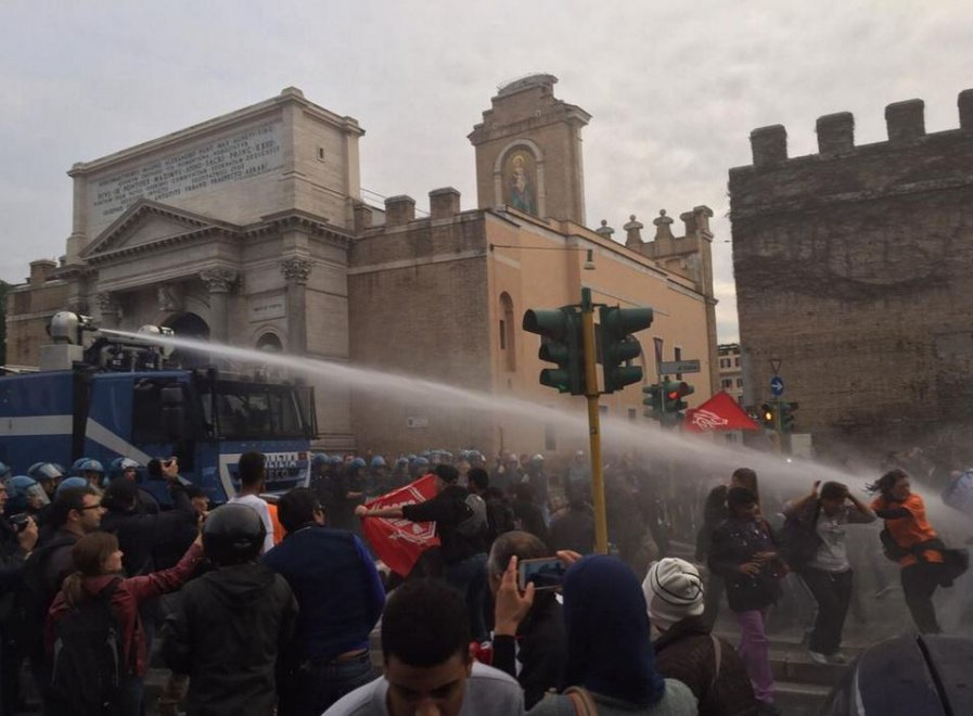 Roma, Movimento per la casa: manifestanti sgomberati con idranti