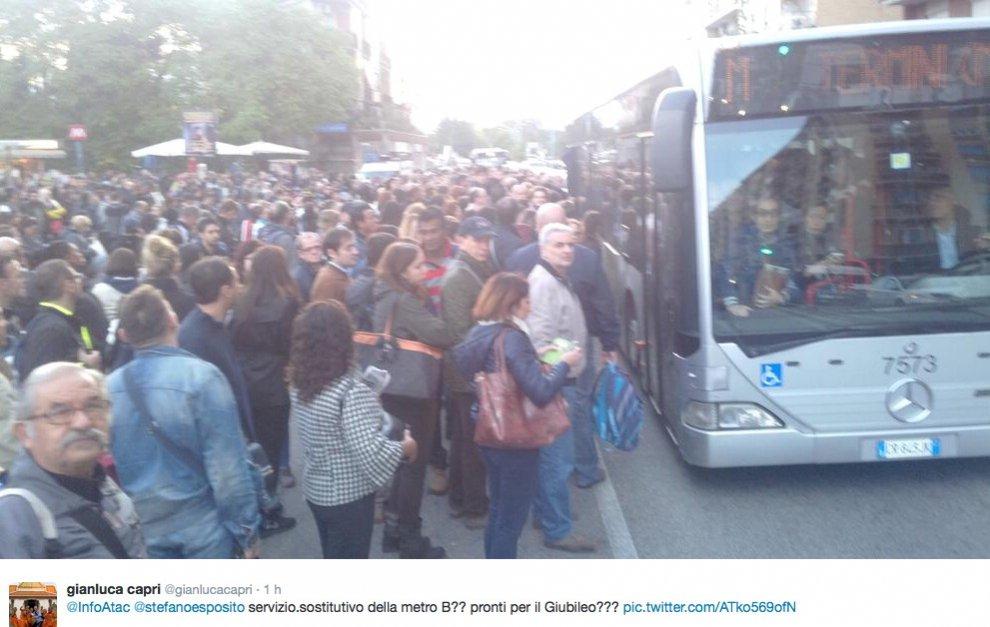 La metro B si blocca per un nuovo guasto, su twitter foto e commenti
