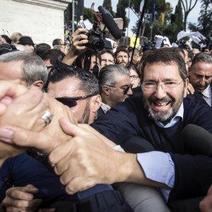"""Roma, Marino ai suoi fan in piazza: """"Ripensarci? Non vi deluderò"""""""
