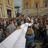 Roma, in piazza del Campidoglio 'serpentone' di 53mila firme per Marino