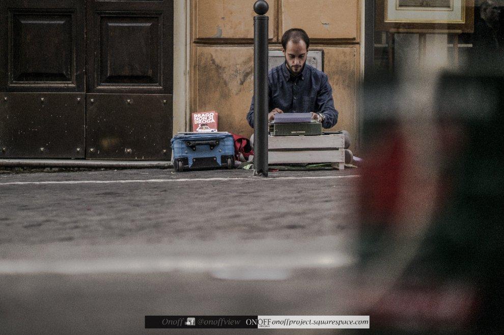 Walter, scrittore per strada: sul marciapiede con la macchina da scrivere