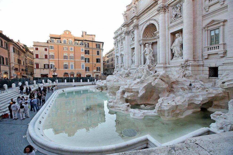 Torna l 39 acqua nella fontana di trevi tra gli applausi dei turisti 1 di 1 roma - Bagno fontana di trevi ...