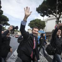Marino, la passeggiata da ex verso il Campidoglio: zaino in spalla e saluti