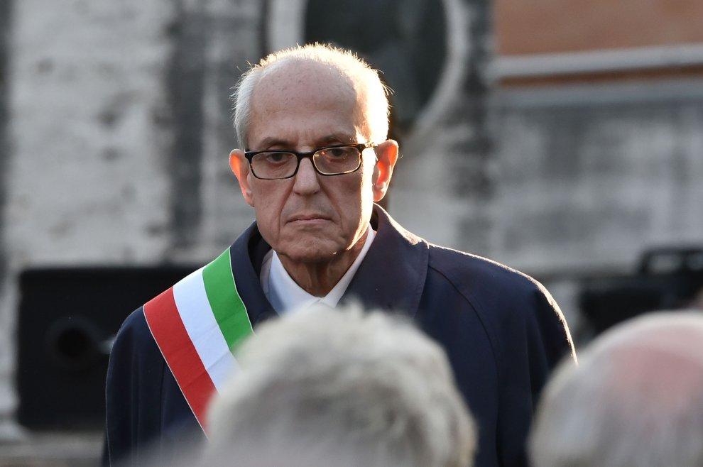 Tronca al Verano con la fascia tricolore, stretta di mano e colloqui col Papa