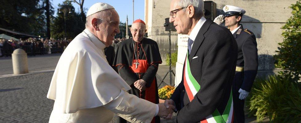 """Roma, Tronca si insedia in Campidoglio e poi saluta il Papa: """"Da lui parole che danno la forza di andare avanti"""""""
