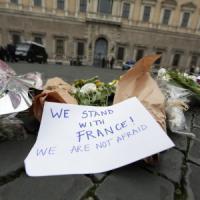 Parigi, lacrime e fiori davanti all'ambasciata francese a Roma. La questura: