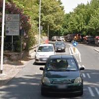 Roma, trovato impiccato a una grata a Trastevere: si indaga