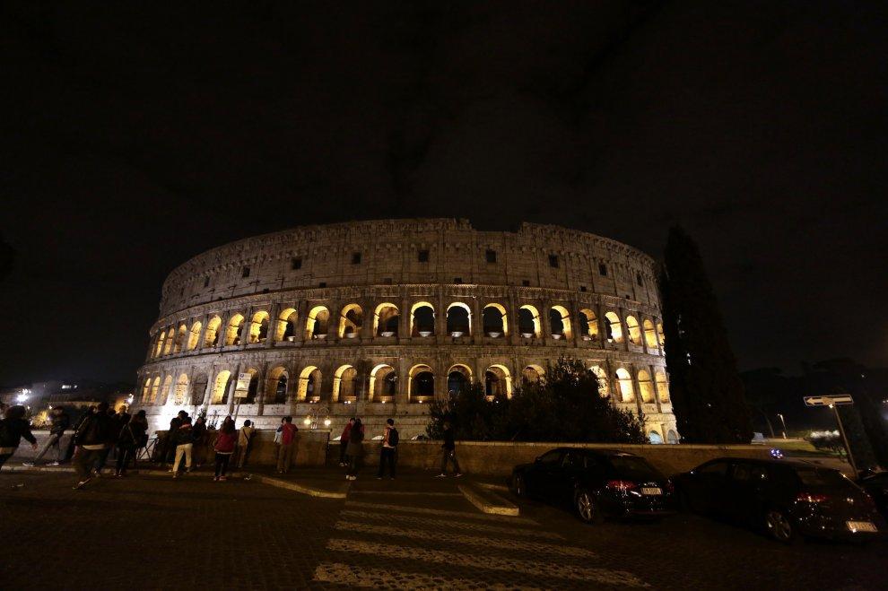 Colosseo e Fontana di Trevi, luci spente per 5 minuti per solidarietà con Parigi